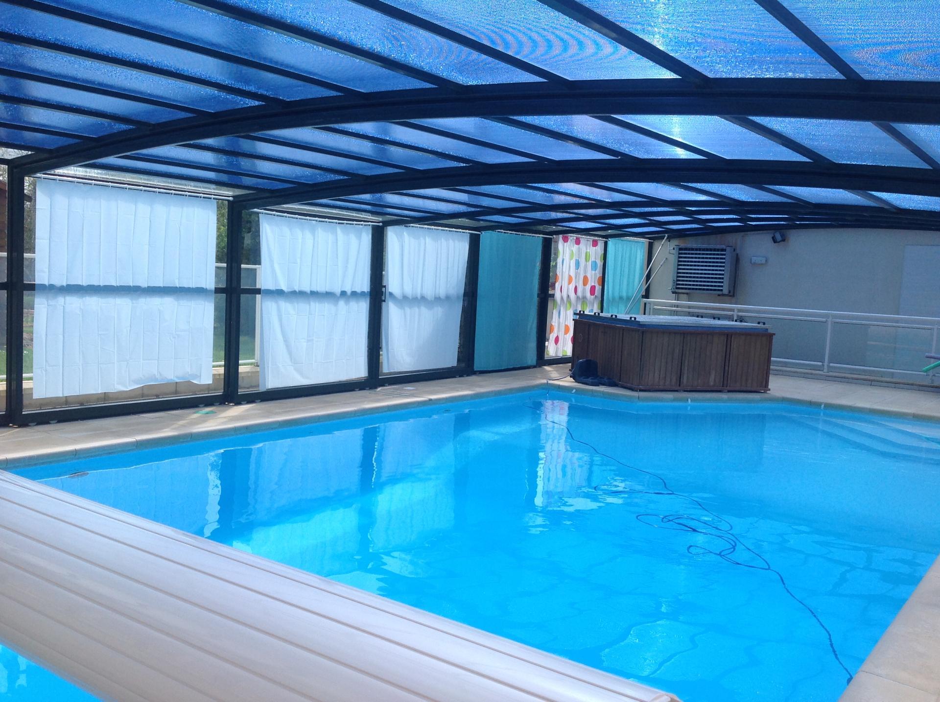 gite avec une piscine chauff e qui pr serve l 39 intimit. Black Bedroom Furniture Sets. Home Design Ideas